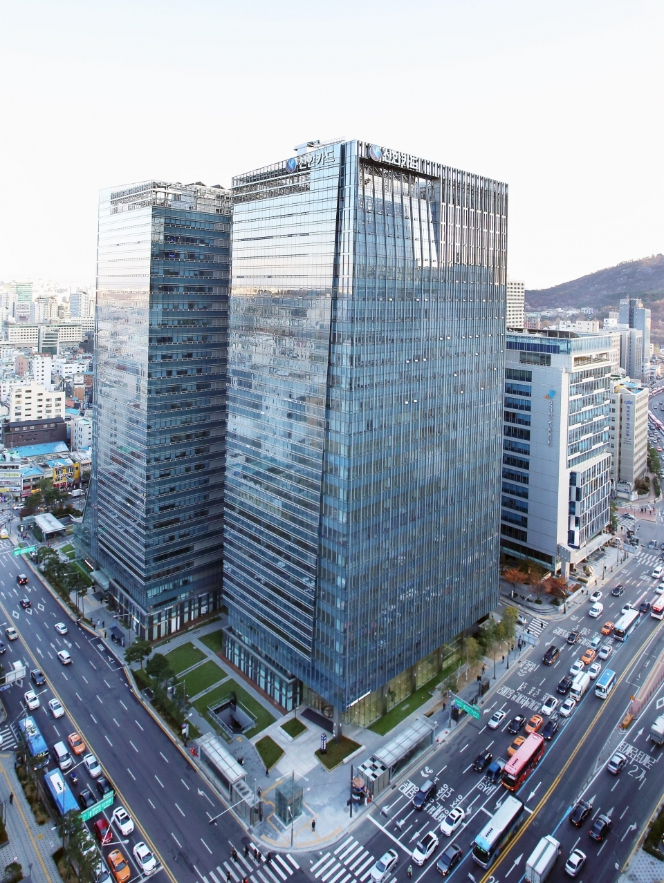 An aerial view of Pine Avenue A, an office building that Shinhan Card uses as its headquarters. Shinhan Card acquired the building in the third quarter of 2020 in a deal that recorded the highest unit price of office buildings in history. (Shinhan Card)