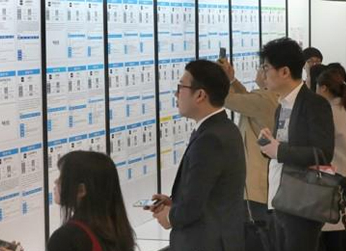 People look for employment opportunities at a job fair in Seoul. (Yonhap)