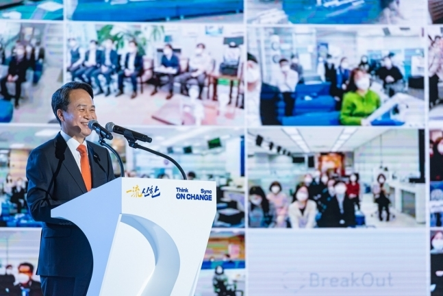 Shinhan Bank CEO Jin Ok-dong speaks at the lender's annual kick-off management strategy meeting at the bank's training center in Yongin, Gyeonggi Province on Friday. (Shinhan Bank)