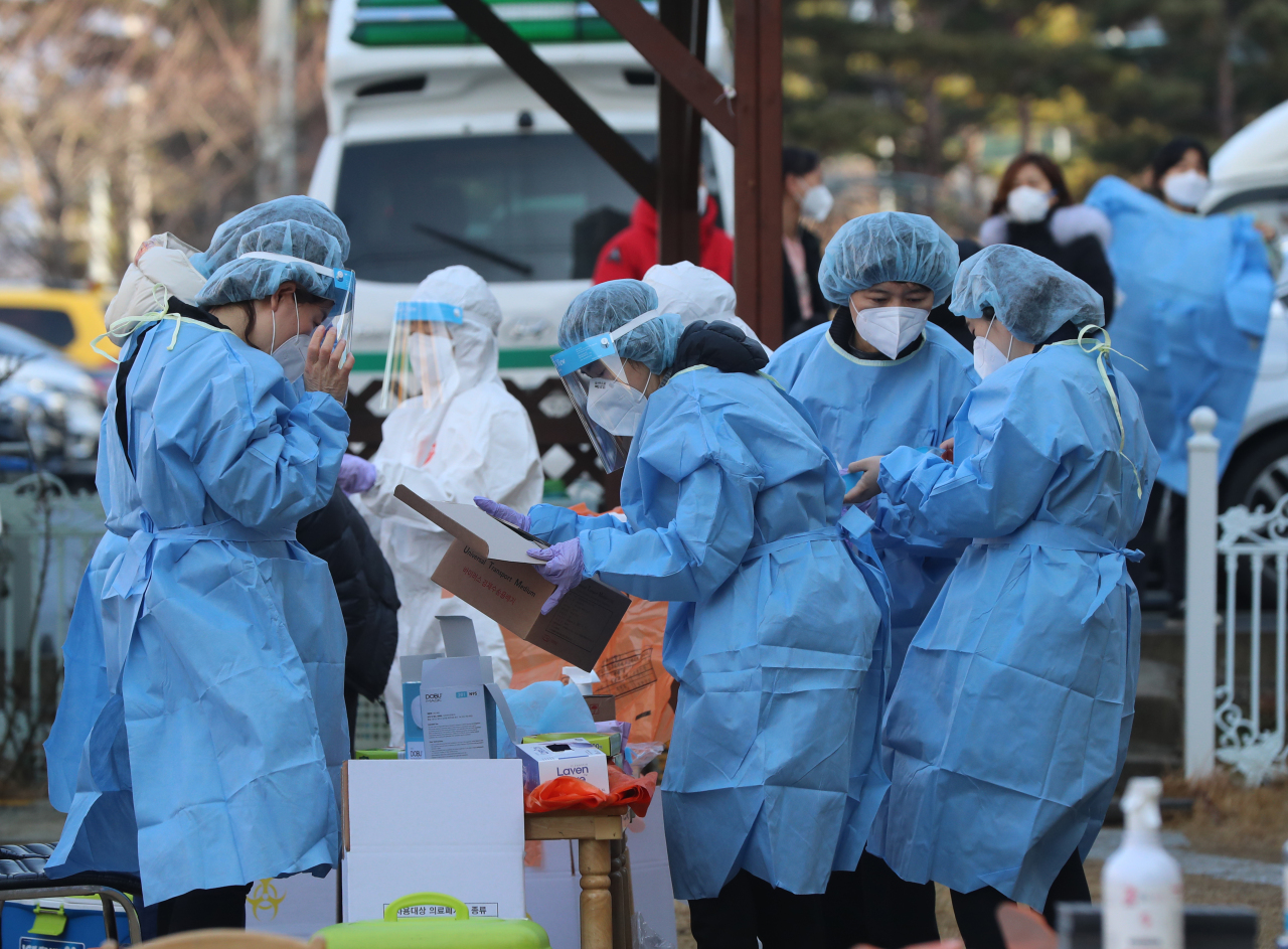 Health officials at work on Sunday at a site of a recent outbreak in northern Gwangju. (Yonhap)
