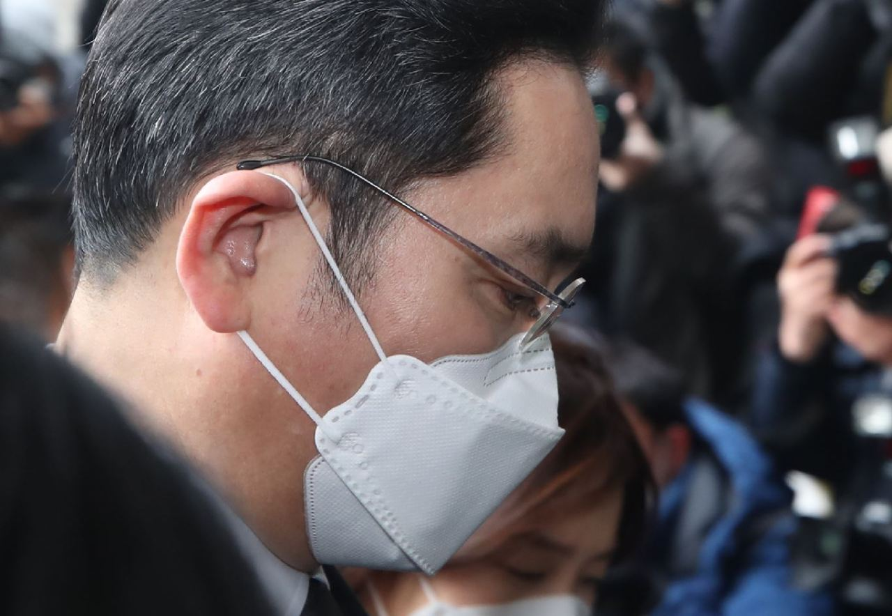 Lee Jae-yong, vice chairman of Samsung Electronics Co., heads to a sentencing hearing at the Seoul High Court on Jan. 18, 2021. (Yonhap)