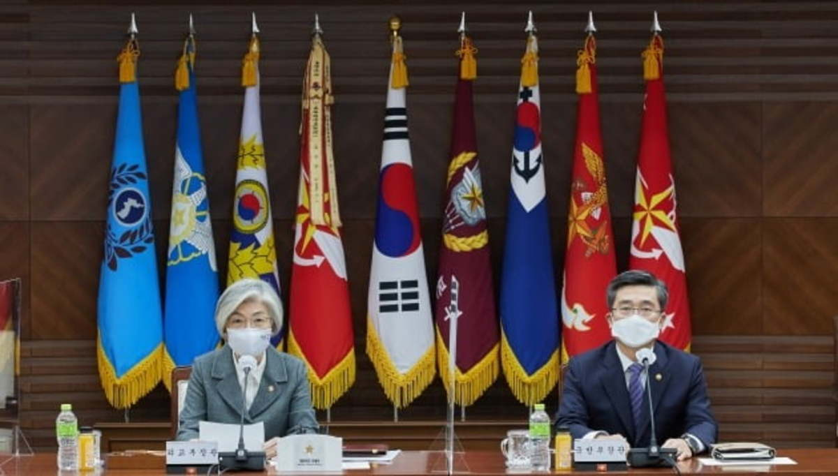 Foreign Minister Kang Kyung-wha (L) and Defense Minister Suh Wook preside over a session of South Korea's preparatory committee for the UN Peacekeeping Ministerial Conference at the defense ministry in Seoul on Nov. 30, 2020, in this photo provided by the ministry. (Ministry of Defense)