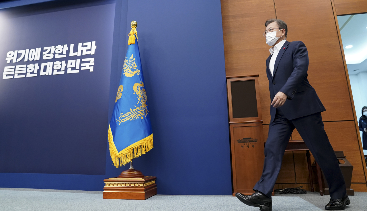 President Moon Jae-in enters a Cheong Wa Dae meeting room to receive a policy briefing from he Ministry of Health and Welfare, the Ministry of Food and Drug Safety and the Korea Disease Control and Prevention Agency on Monday. (Cheong Wa Dae)