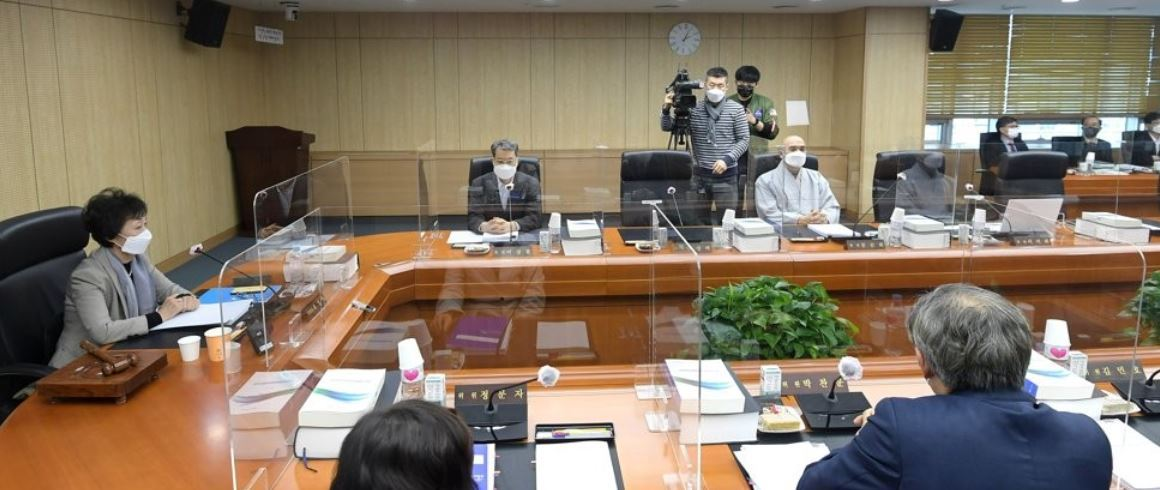 This pool photo shows members of the National Human Rights Commission of Korea holding a plenary meeting at the commission`s headquarters in Seoul on Monday. (Yonhap)
