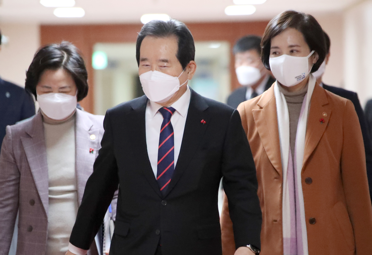 Deputy Prime Minister and Education Minister Yoo Eun-hae (right) and outgoing Justice Minister Choo Mi-ae (left) take part in a Cabinet meeting at Government Complex Seoul on Jan. 5. (Yonhap)