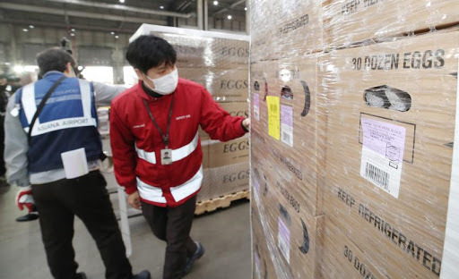 Officials inspect imported eggs at Incheon International Airport, west of Seoul, on Monday. (Yonhap)