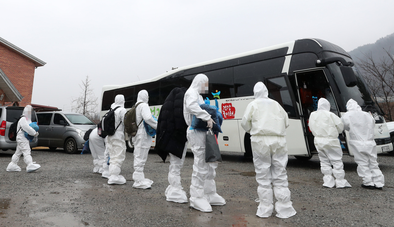 IEM School students confirmed with COVID-19 board a bus in Hongcheon, Gangwon Province, to a nearby treatment center on Tuesday. (Yonhap)