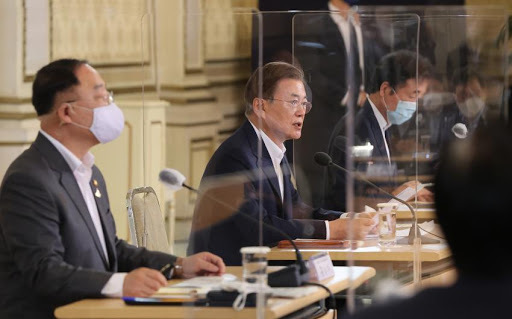 President Moon Jae-in (2nd from L) and Finance Minister Hong Nam-ki (L) (Yonhap)