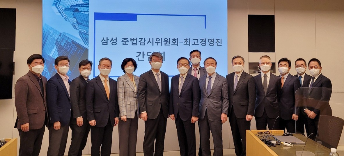 Samsung CEOs pose after a meeting with the compliance committee on Tuesday. (Yonhap)