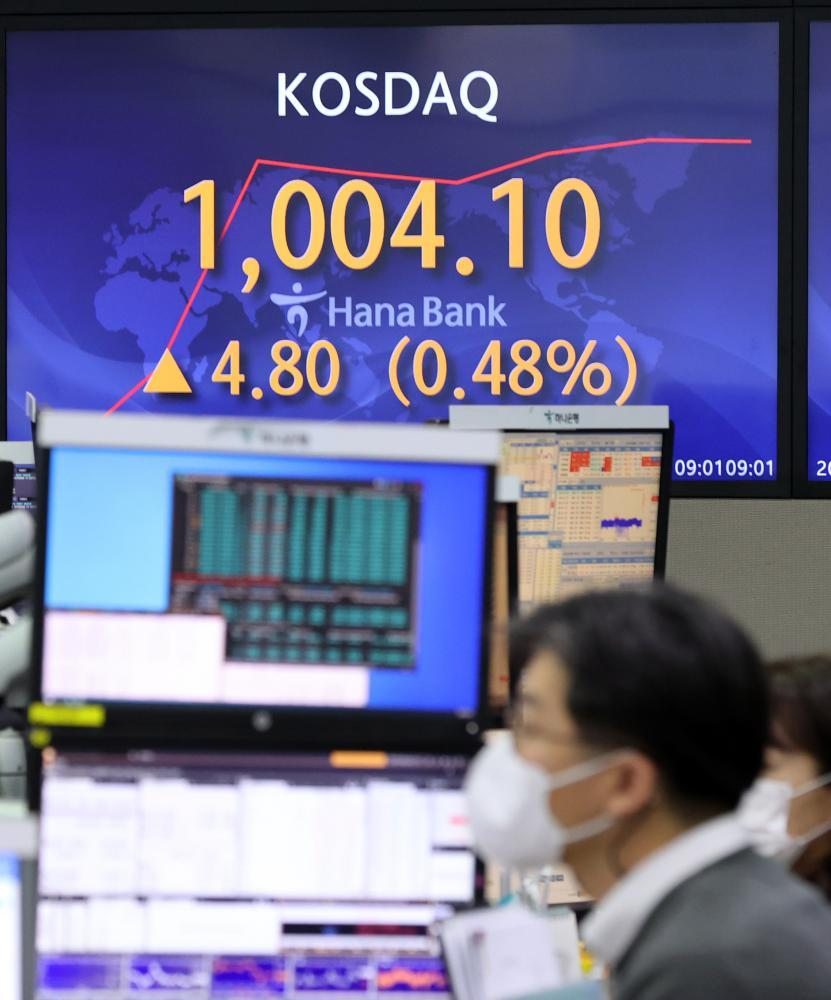An electronic signboard in the dealing room of Hana Bank in Seoul shows the tech-laden Kosdaq having risen 4.80 points, or 0.48 percent, to an intraday high of 1,004.10 on Jan. 26, 2021, surpassing the 1,000 mark for the first time since Sept. 15, 2000. (Yonhap)