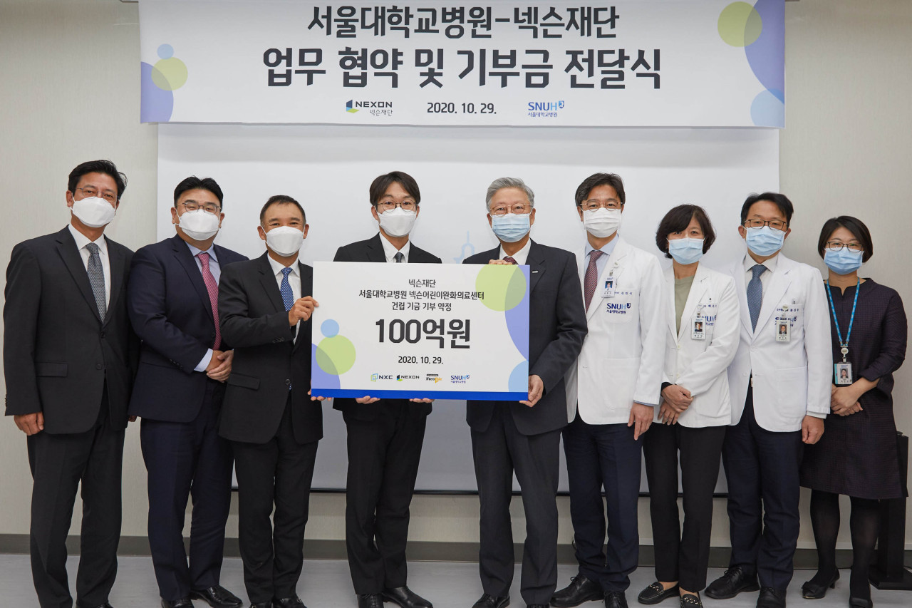 From left: Nexon Foundation Chairman Kim Jung-wook, Neople CEO Noh Jung-hwan, NXC CEO Kim Jung-ju and Nexon Korea CEO Lee Jung-hun pose for a photo with officials from Seoul National University Hospital at a donation ceremony held on Thursday. (Nexon)