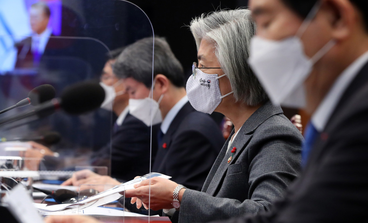 Foreign Minister Kang Kyung-wha (center) attends a National Security Council meeting at Cheong Wa Dae last Thursday. (Yonhap)