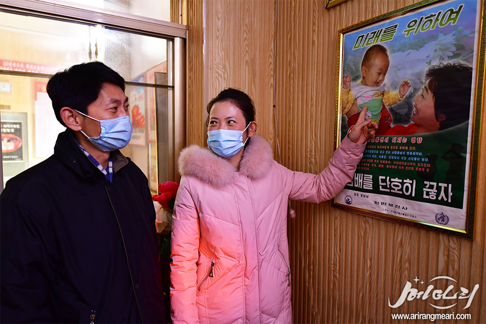 'Let's quit smoking for the future,' an anti-smoking poster on Meari, a North Korean propaganda news website was published on Monday. (Meari-Yonhap)