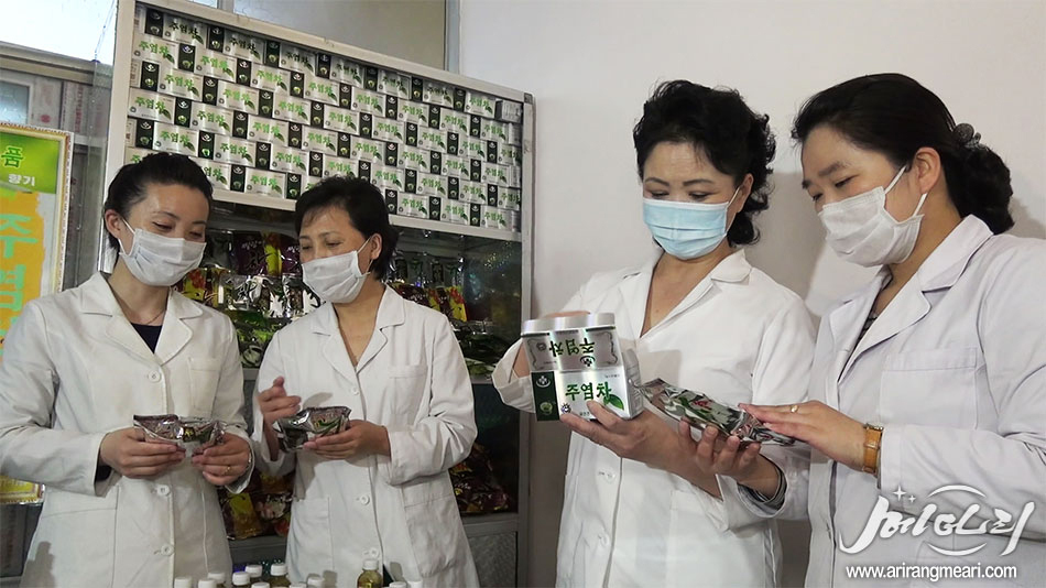 People holding Juyeom tea, a dietary supplement made out of natural herbs and tree oil extractions, known to help quit smoking. (Meari-Yonhap)