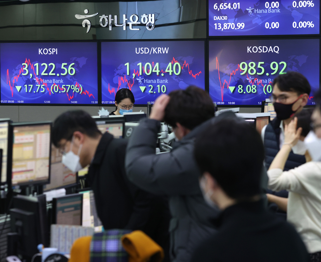 Electronic signboards at the trading room of Hana Bank in Seoul show the benchmark Kospi closed at 3,122.56 on Wednesday, 17.75 points or 0.57 percent from the previous session's close. (Yonhap)