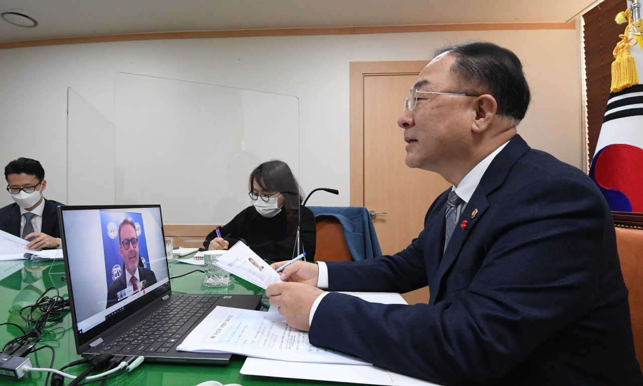 This photo, provided by the Ministry of Economy and Finance on Wednesday, shows Finance Minister Hong Nam-ki holding a conference call with Andreas Bauer, Korea mission chief at the International Monetary Fund, to discuss the country's economic situations. (Ministry of Economy and Finance)