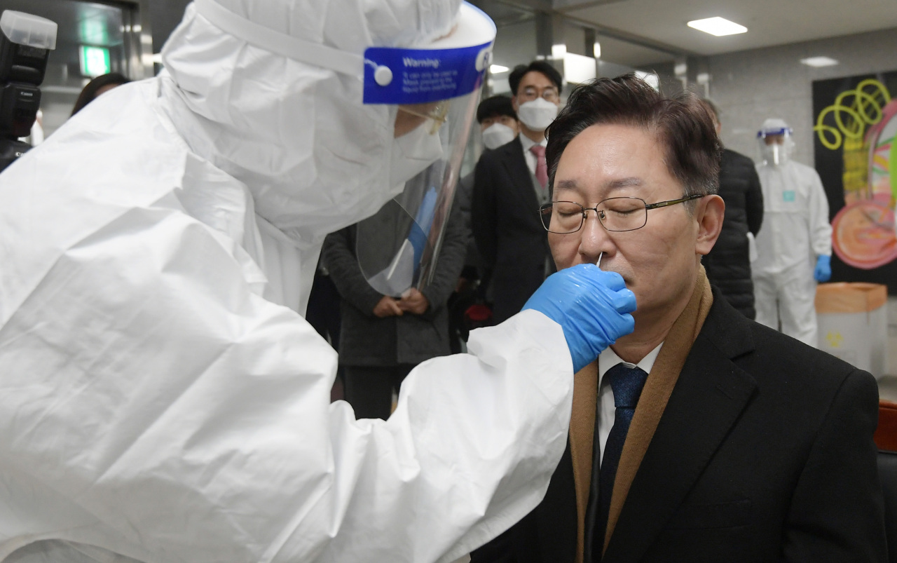 New Justice Minister Park Beom-kye gets a COVID-19 test at Dongbu Detention Center in southeastern Seoul on Thursday. (Yonhap)