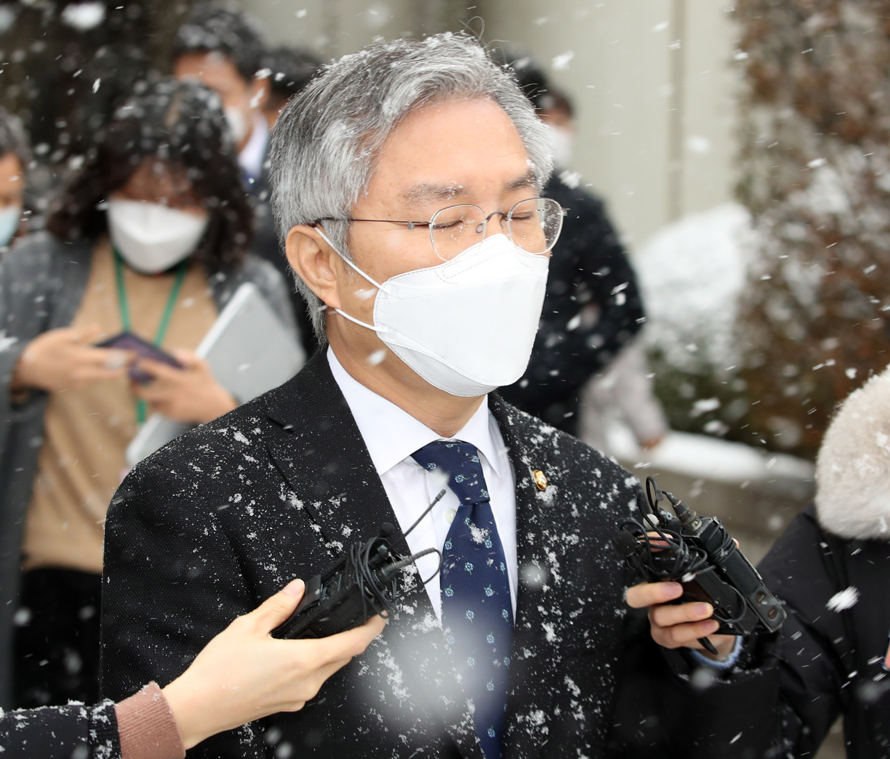 Rep. Choe Kang-wook, the chief of the minor Open Democratic Party, walks out of the Seoul Central District Court on Thursday, after he was given a suspended prison sentence for forging an internship certificate for former Justice Minister Cho Kuk's son. (Yonhap)