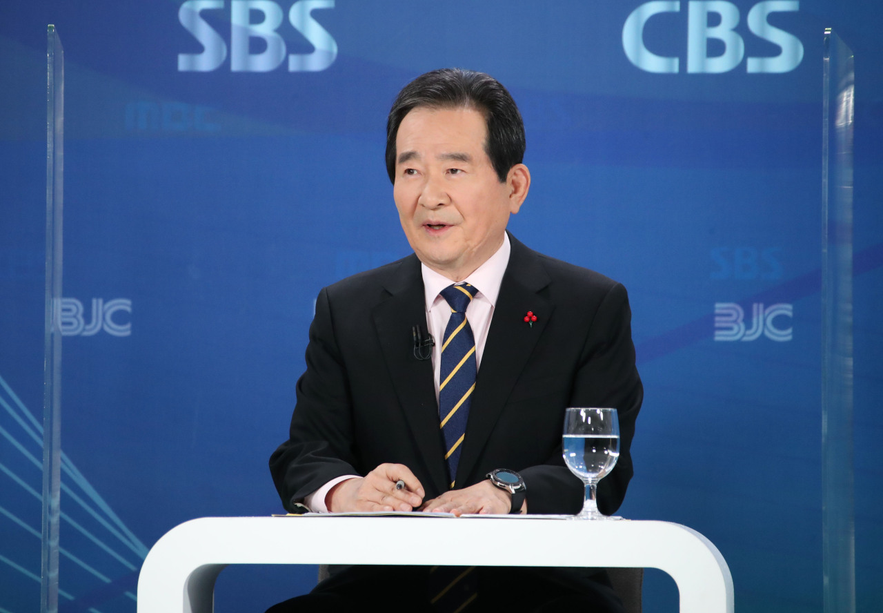Prime Minister Chung Se-kyun speaks with reporters in Yangcheon-gu, Seoul, Thursday. (Yonhap)