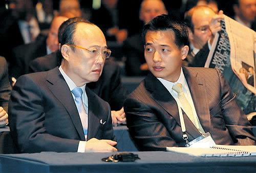 Hanwha Group Chairman Kim Seung-youn (left) and his eldest son Kim Dong-kwan (Hanwha)