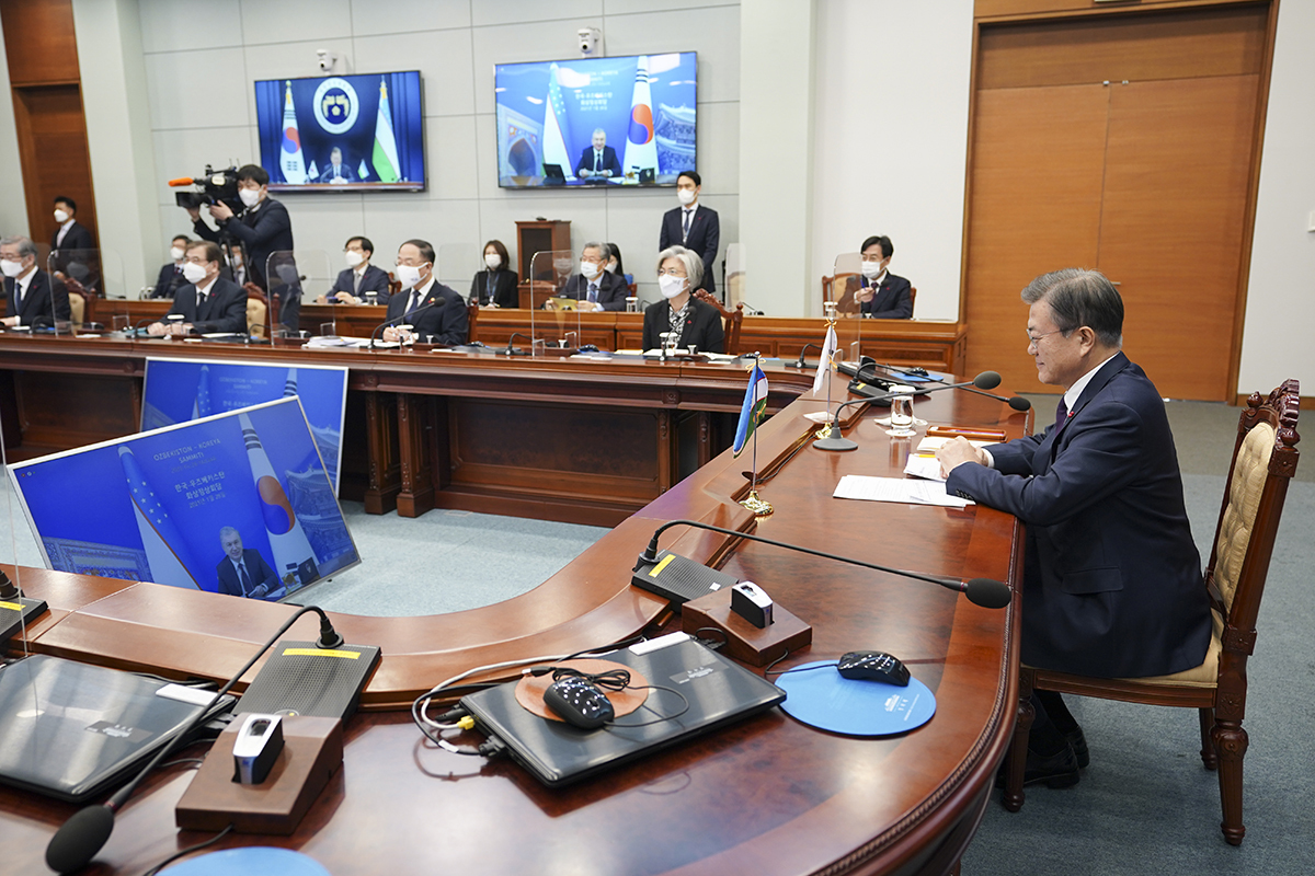 President Moon Jae-in holds a virtual summit with his Uzbek counterpart Shavkat Mirziyoyev (on the screen) at Cheong Wa Dae on Thursday.