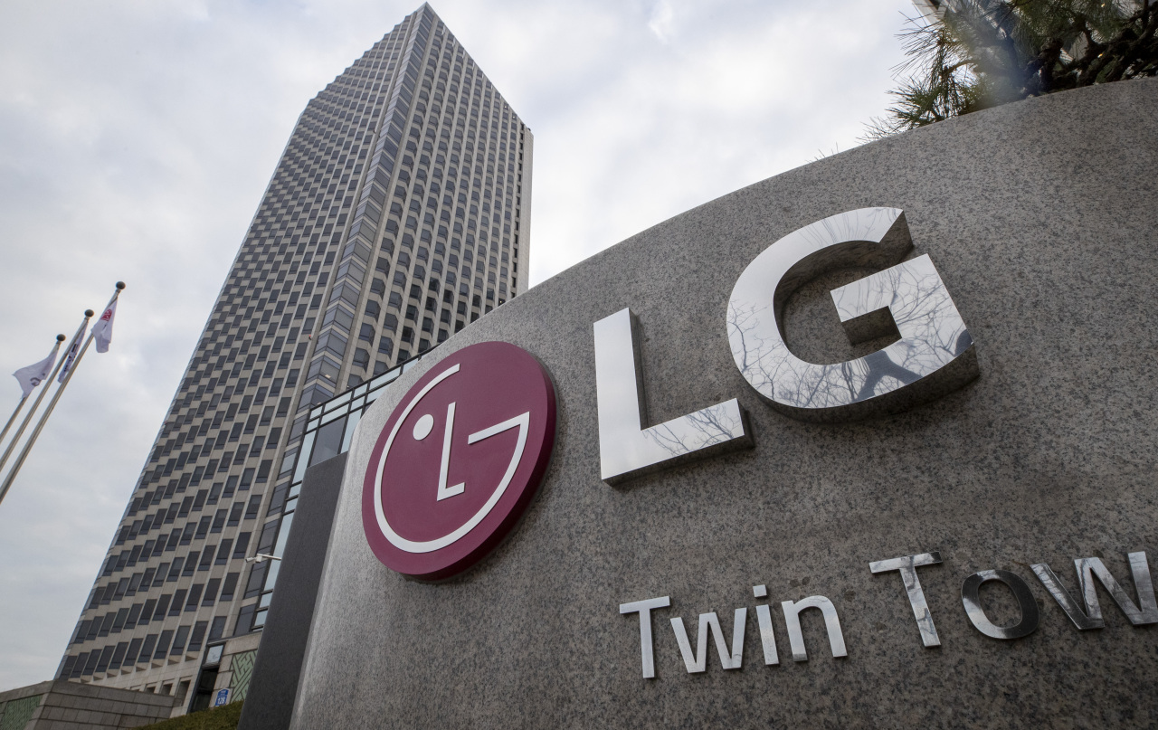 This file photo, taken on Jan. 21, 2021, shows the corporate logo of LG Group at its headquarters building in Seoul. (Yonhap)