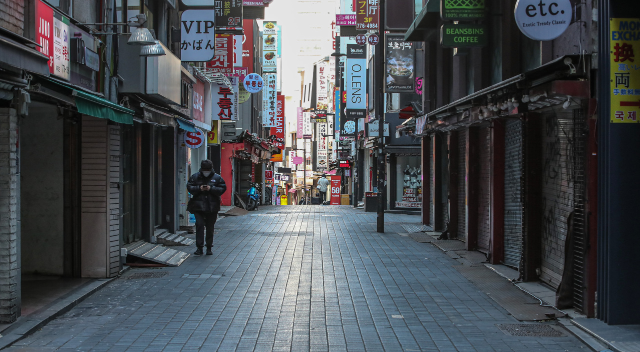 A street in Myeong-dong, a popular tourist district in Seoul, appears empty Friday. (Yonhap)