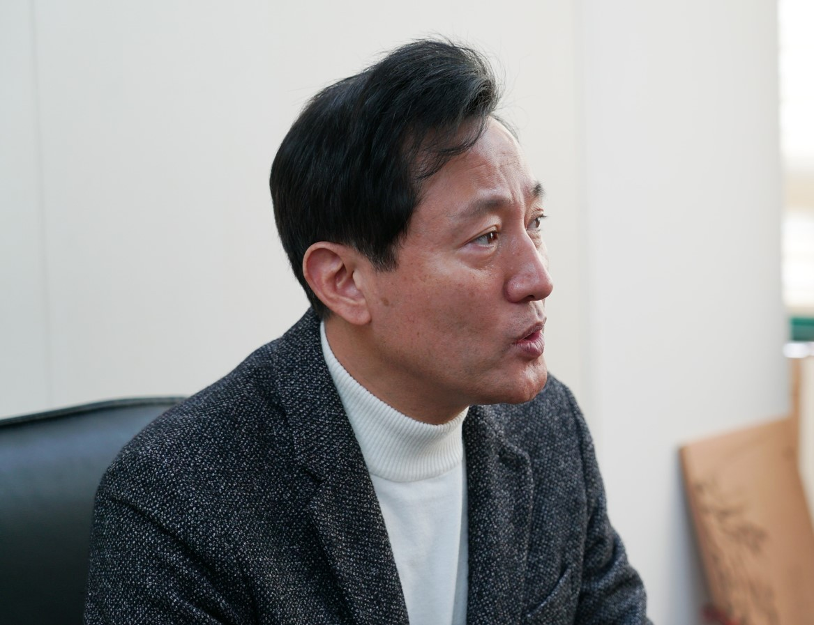 Oh Se-hoon, the former Seoul mayor, speaks in an interview with The Korea Herald in his office at Gwangjin-gu, Seoul on Sunday. (Kim Hae-yeon/The Korea Herald)