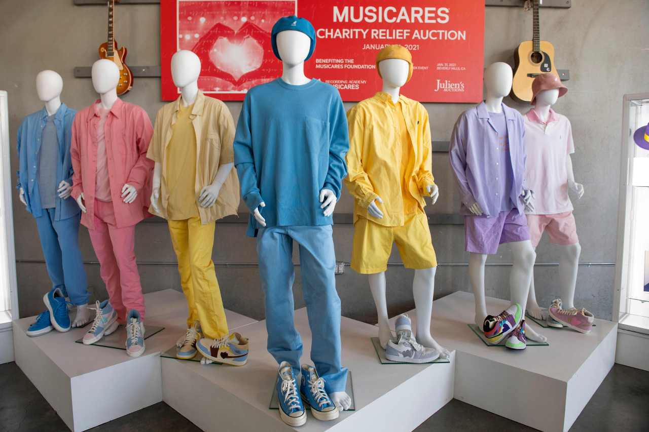 """BTS' pastel outfits from their music video """"Dynamite"""" sit on display before MusiCares charity auction in Beverly Hills on Jan. 26. (AFP-Yonhap)"""
