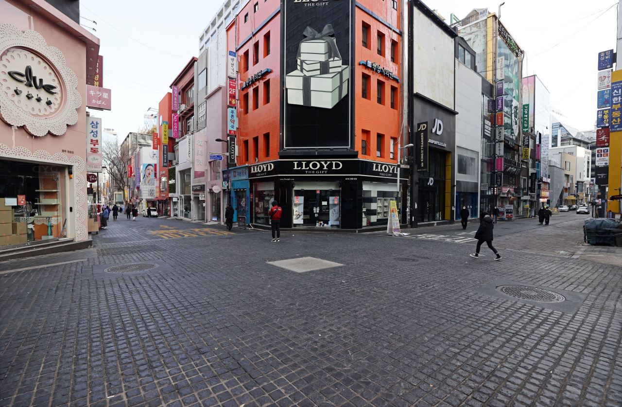 A street in Myeongdong -- a popular shopping area for tourists in central Seoul -- is nearly empty on Sunday. (Yonhap)