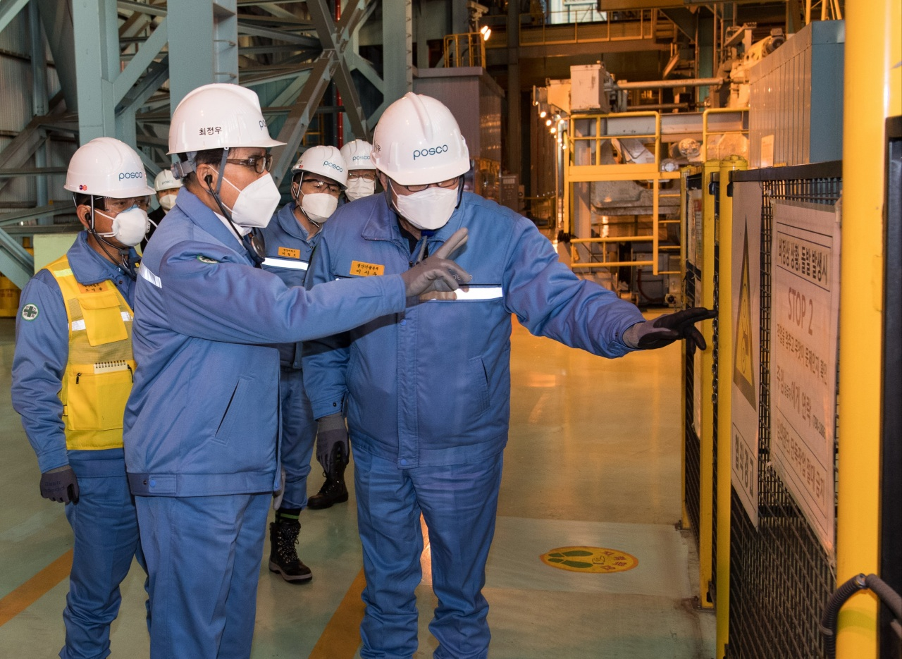 Posco CEO Choi Jeong-woo visits one of the steelmaker's plants in January. (Posco)