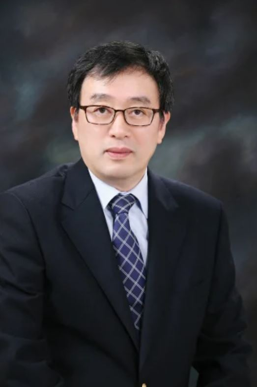 Dr. Lee Jong-koo, former director of the Korea Centers for Disease Control and Prevention