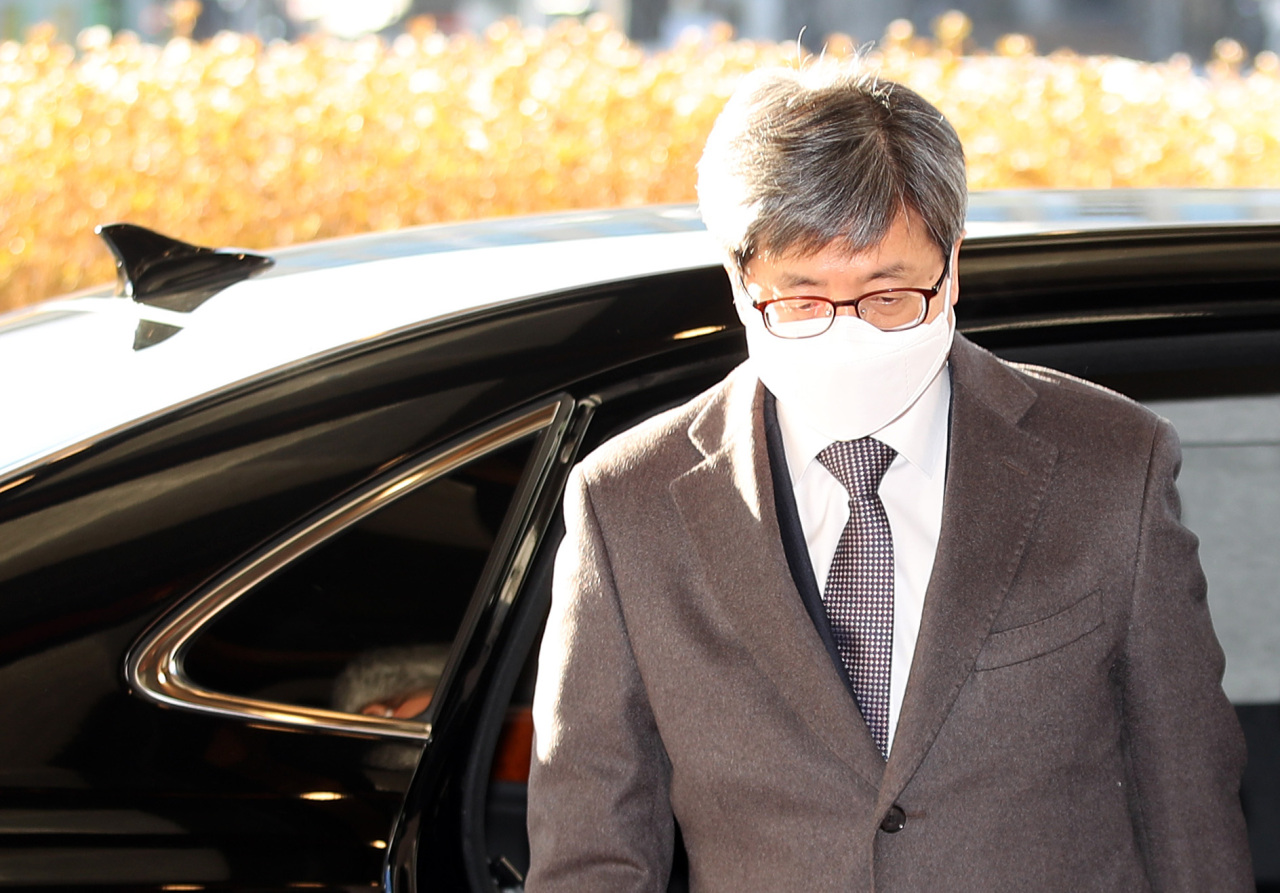 Supreme Court Chief Justice Kim Myeong-su reports to his office in Seocho-gu, southern Seoul, on Thursday. (Yonhap)