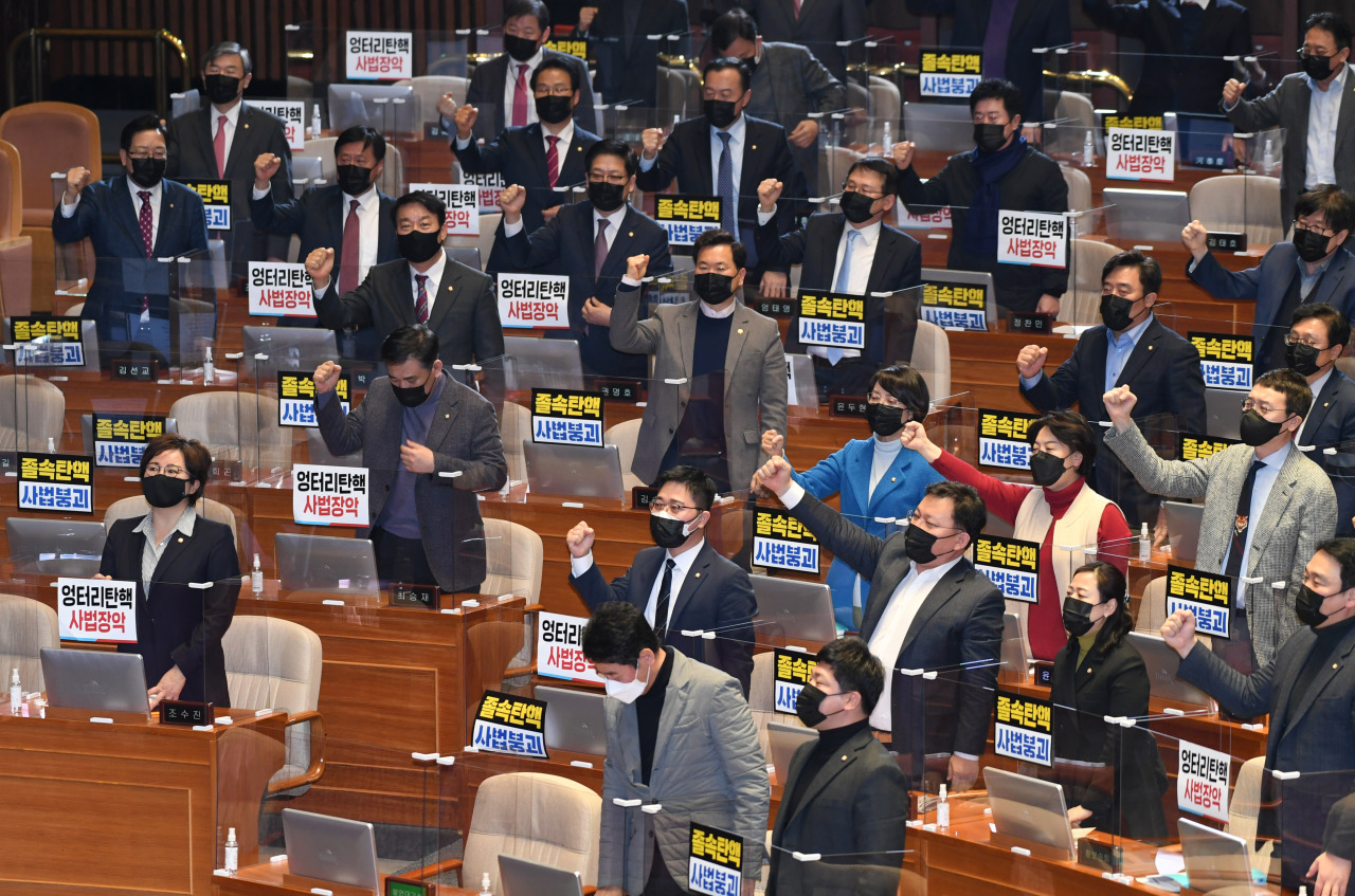 Lawmakers of the main opposition People Power Party shout slogans calling for the impeachment of Supreme Court Chief Justice Kim Myeong-su after a motion to impeach Lim Seong-geun, a senior judge at the Busan High Court, was passed Thursday during a plenary session of the National Assembly. (Yonhap)