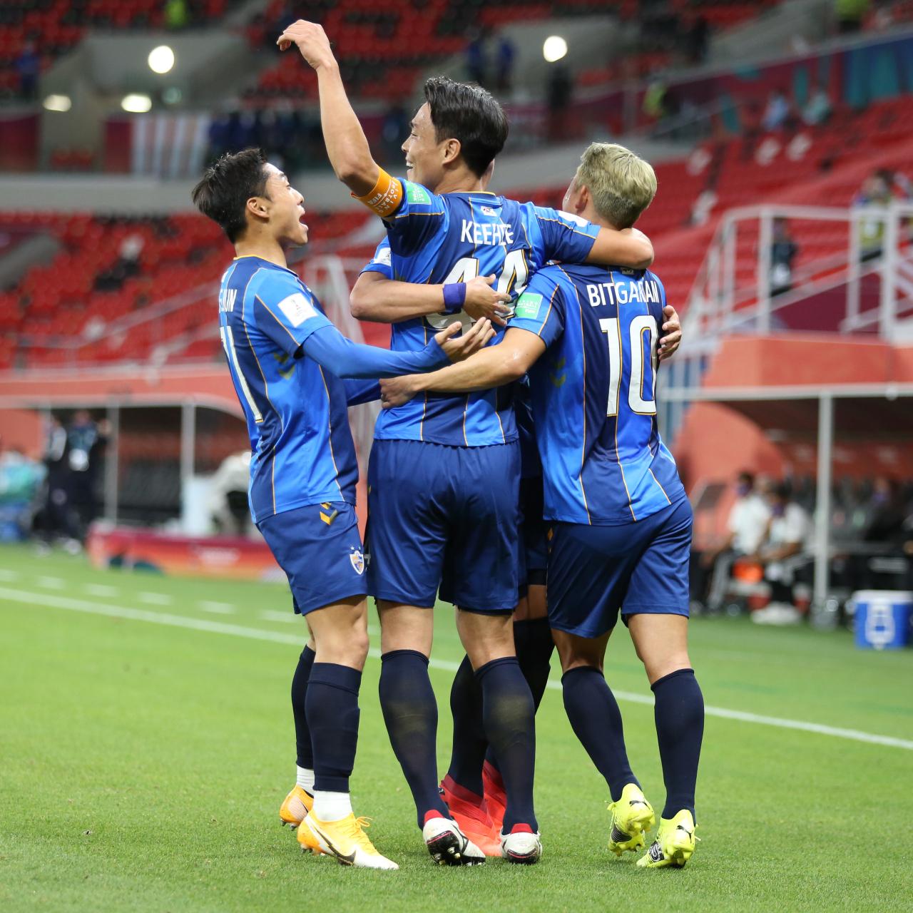 Kee-hee Kim of Ulsan Hyundai celebrates with his teammates during Tigres UANL v Ulsan Hyundai FC on Thursday in Doha, Qatar. (Yonhap)