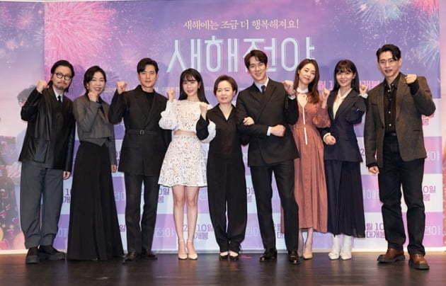 From left: Lee Dong-hwi, Yeom Hye-ran, Kim Kang-woo, Yoo In-na, director Hong Ji-young, Yoo Yeon-seok, Lee Yeon-hee, Sooyoung and Yoo Teo pose after a press conference at Lotte Cinema in Gwangjin-gu, Seoul, Monday. (Acemaker Movieworks)
