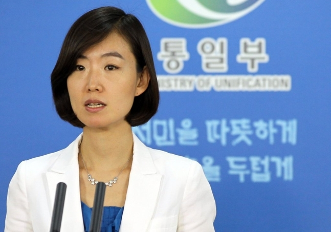 Lee Jong-joo, new spokesperson of the Unification Ministry, speaks during a press briefing in this photo taken in 2011, when she served as the ministry's deputy spokesperson.(Yonhap)