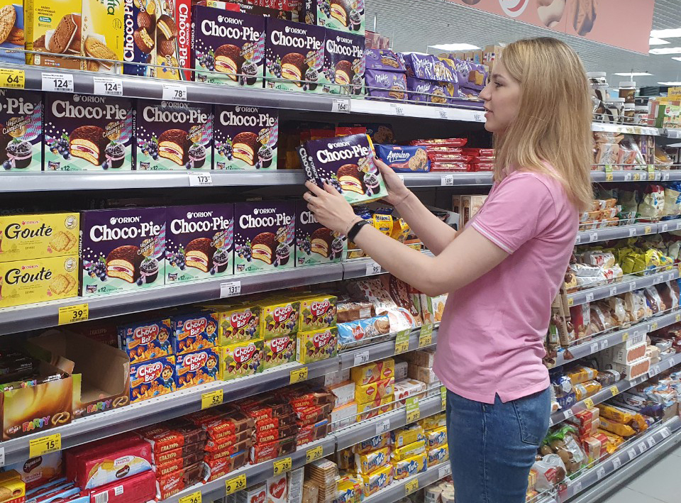 A customer checks out Orion Choco Pie in Russia. (Orion Corp.)