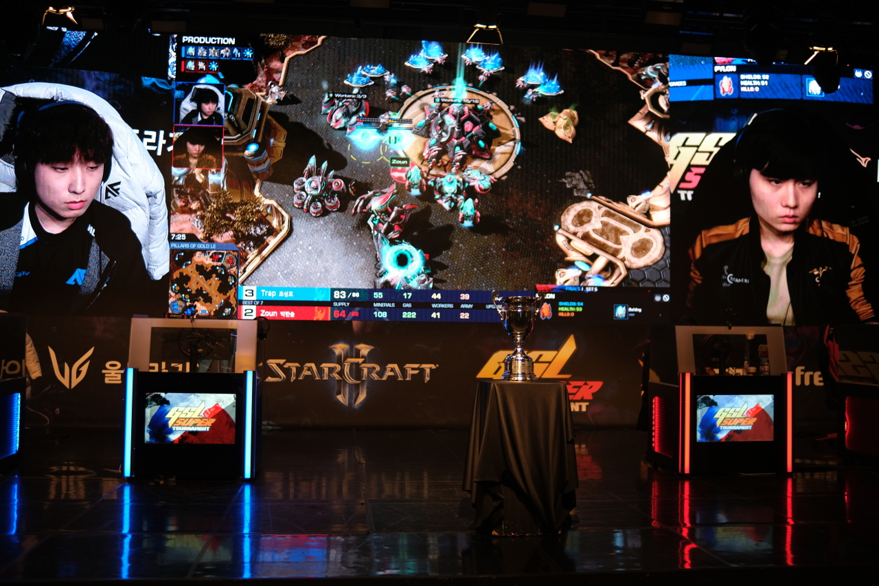 "Afreeca Freecs StarCraft 2 Protoss player Cho ""Trap"" Sung-ho (left) plays against his opponent at the grand final of the 2021 AfreecaTV GSL Super Tournament 1. (AfreecaTV)"