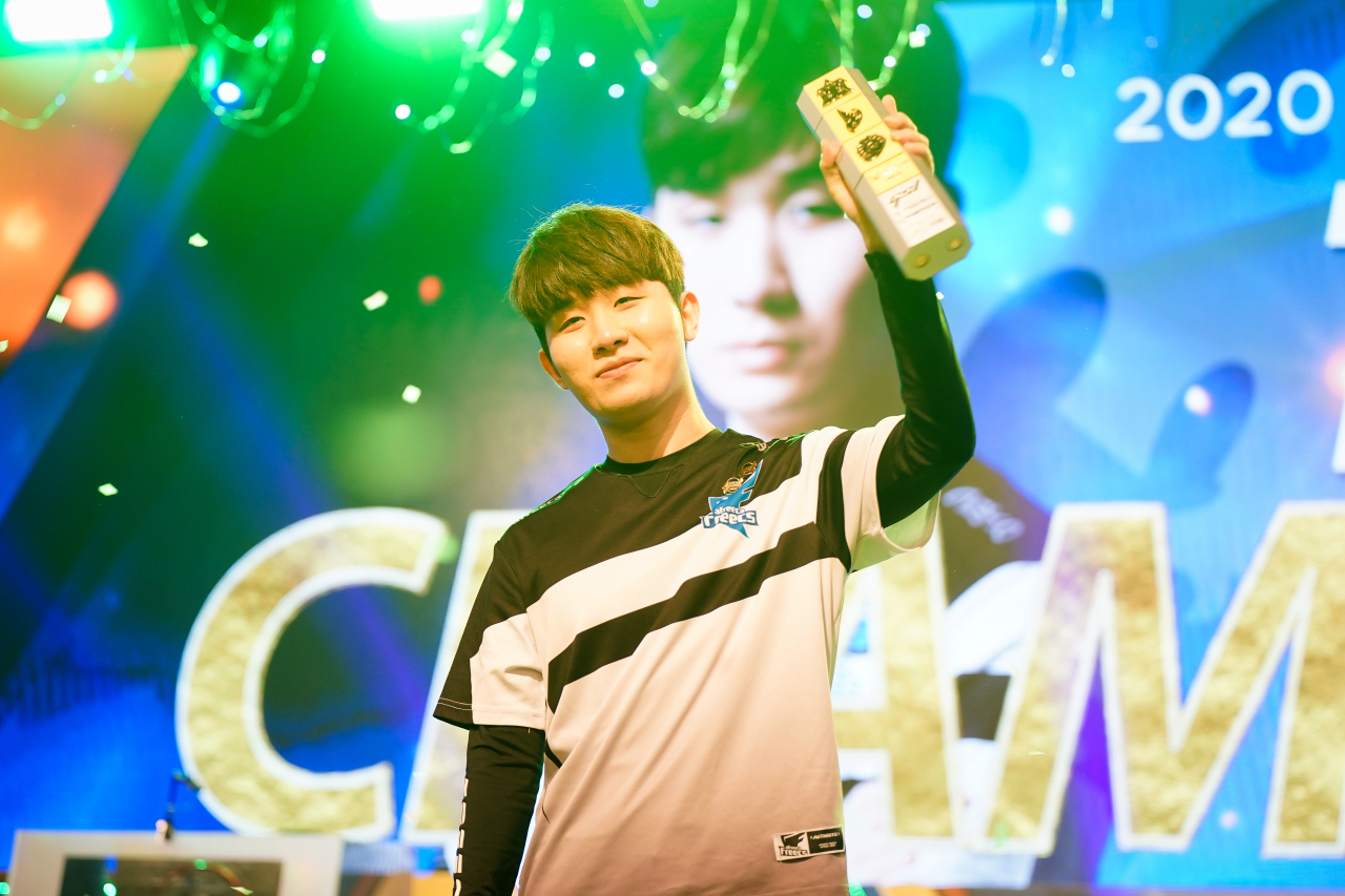 "Afreeca Freecs StarCraft 2 Terran player Jun ""TY"" Tae-yang holds up the trophy after winning 2020 Global Starcraft 2 League Season 1. (AfreecaTV)"