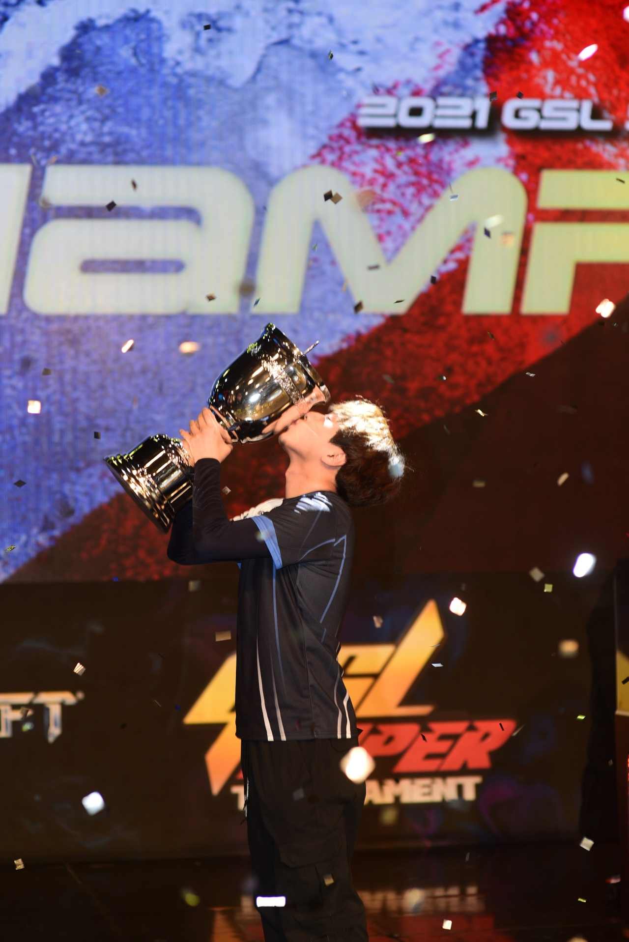 "Afreeca Freecs StarCraft 2 Protoss player Cho ""Trap"" Sung-ho hold up his trophy after winning 2021 AfreecaTV GSL Super Tournament 1. (AfreecaTV)"