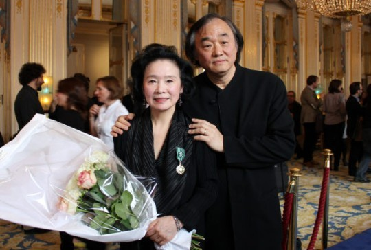 """Actor Yoon Jeong-hee (left) poses with her husband Paik Kun-woo after receiving the top French cultural order """"Officier dans l'Ordre des Arts et des Lettres"""" during a ceremony at the Culture Ministry in Paris in 2011. (Yonhap)"""