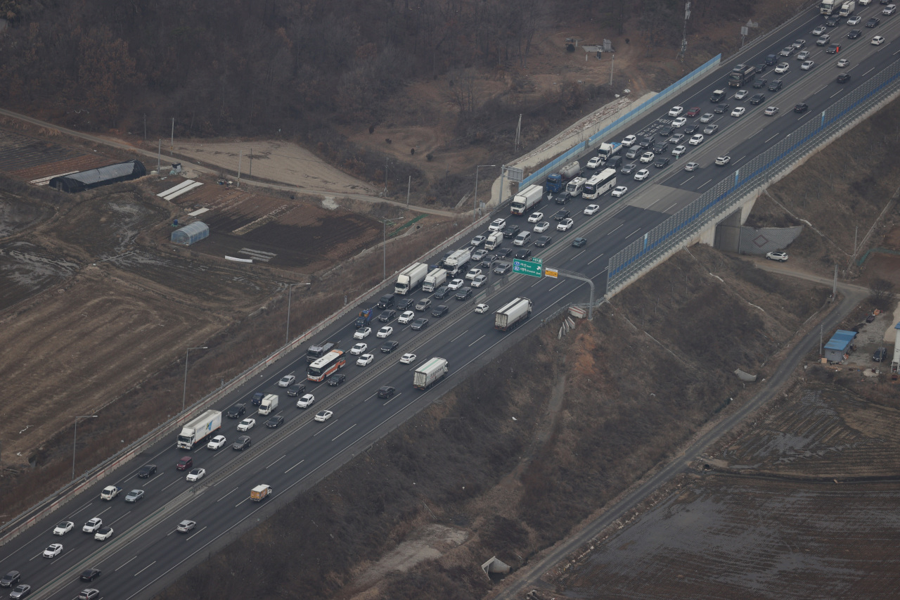 This aerial photo, provided by the National Police Agency, shows one side of the West Coast Highway clogged with vehicles as drivers hit the road for their hometowns on Wednesday, the eve of the Feb. 11-13 Lunar New Year holiday. (Yonhap)