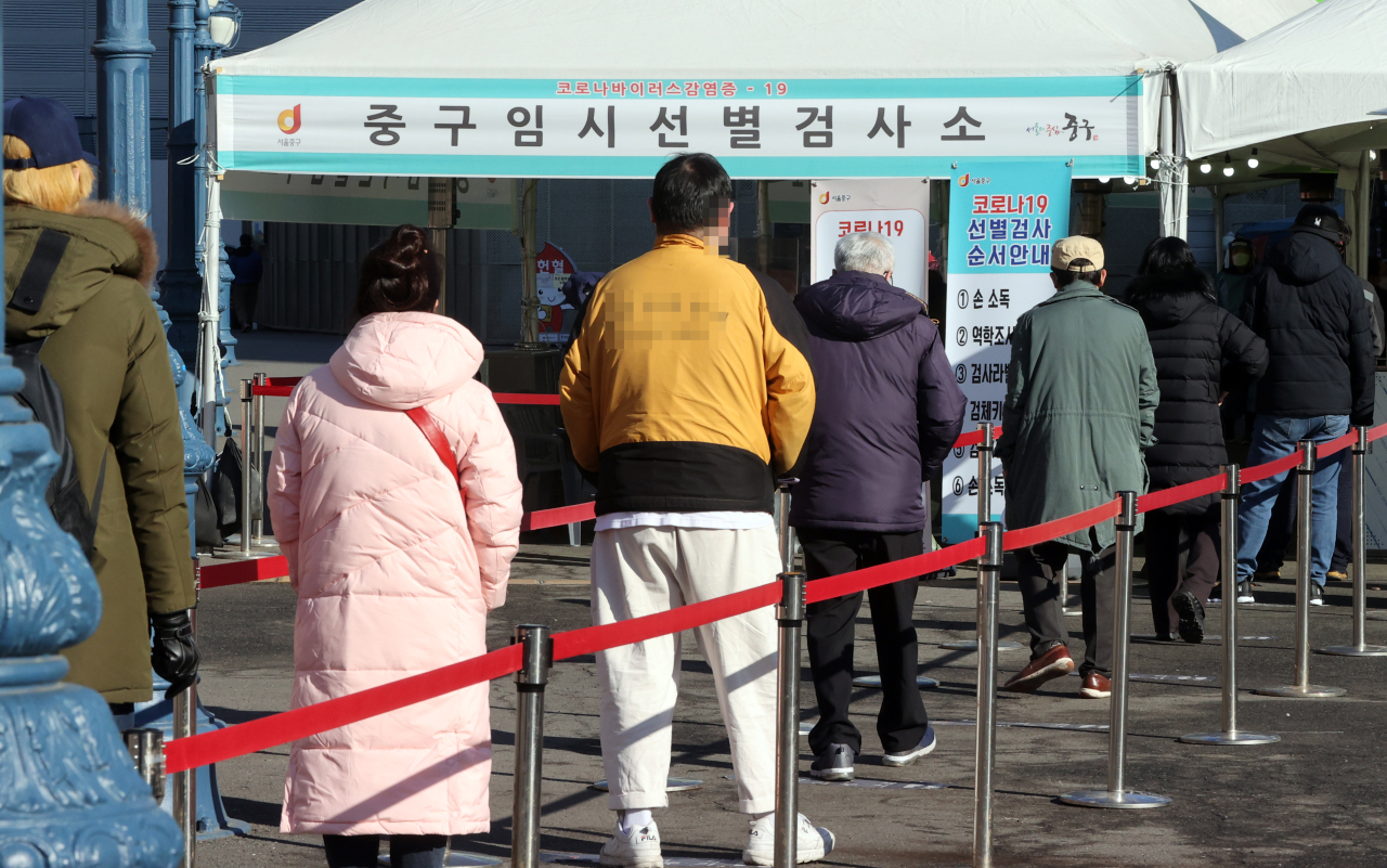 People wait in line Tuesday at a diagnostic center made near the Seoul Station in Jung-gu, central Seoul. (Yonhap)