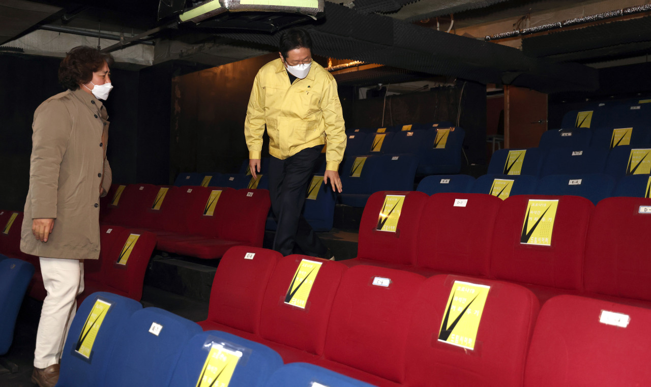 New Culture Minister Hwang Hee Sunday looks around local theater Dream Theater in Jongro-gu, Seoul. (Culture Ministry)