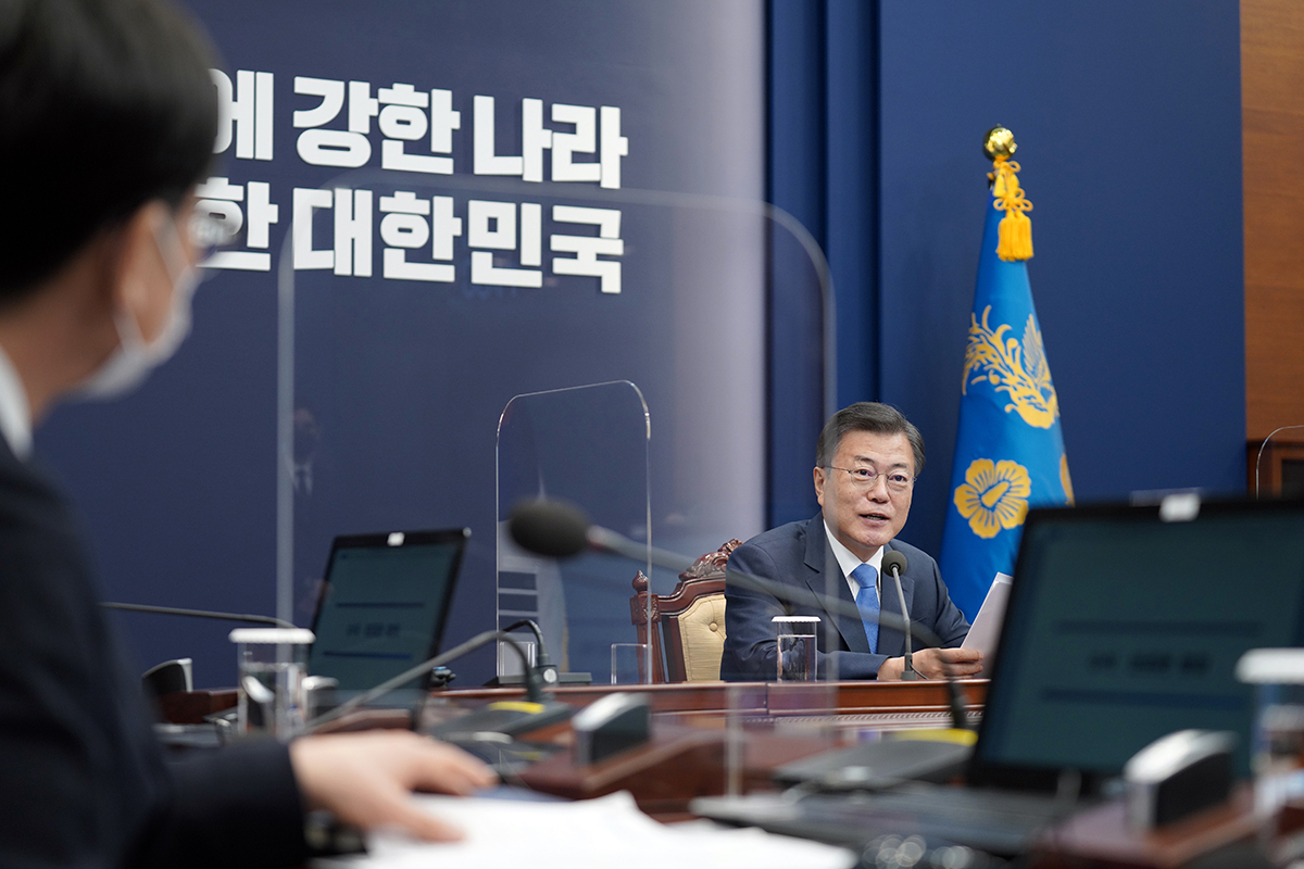 President Moon Jae-in speaks during a weekly meeting with his key aides at Cheong Wa Dae on Monday. (Cheong Wa Dae)