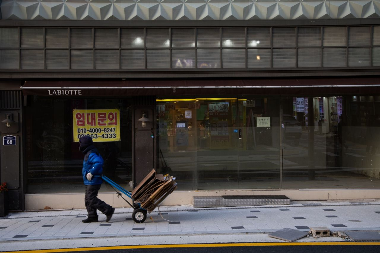 A man pulls a trolley past a closed store in Sinchon district of Seoul on Nov. 28, 2020. (Yonhap)