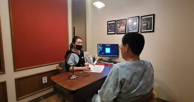 A plastic surgery coordinator at B:ON Plastic Surgery in Seoul consults with a senior customer (Courtesy of the hospital)