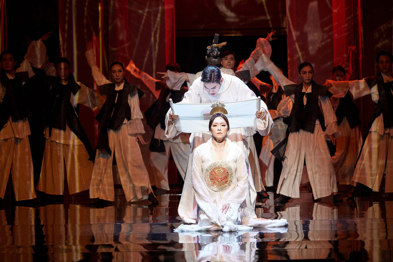 A scene from the musical 'Lost Face 1895' starring Cha Ji-yeon (front) and Kim Yong-han (Seoul Performing Arts Company)