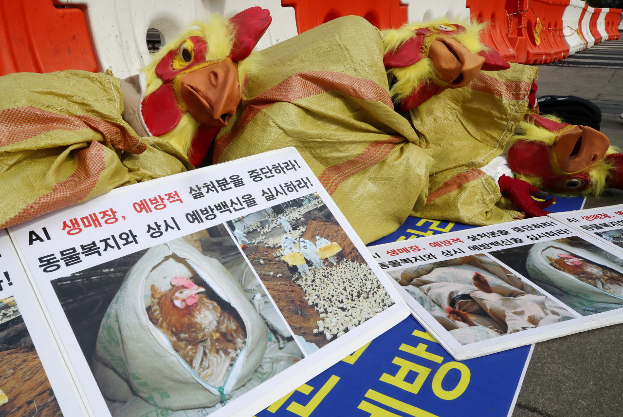 Protesters demanding the government end culling of poultry near farms infected with highly pathogenic bird flu stage a demonstration in central Seoul on Monday. (Yonhap)